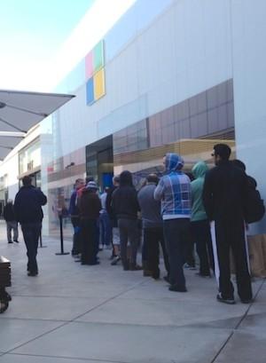 Kurz aber immerhin eine Schlange vor einem Microsoft-Store in Los Angeles. Quelle: Cnet.com