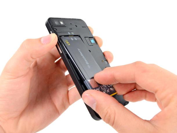 Dünn und elegant und trotzdem gut zu reparieren. Sogar ein Wechselakku ist bei dem BlackBerry Z10 vorgesehen. Quelle: iFixit