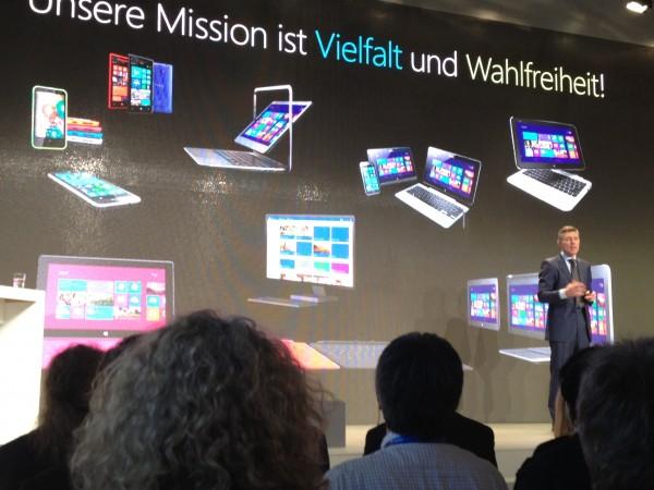 Microsoft-Deutschlandchef Christian Illek präsentiert die Windows-8-Produktwelt auf der CeBIT 2013. Quelle: silicon.de