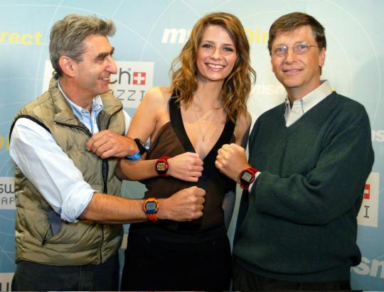 Bereits 2003 stellte Bill Gates eine Smartwatch vor. Dieses Modell konnte Aktienkurse und Sportergebnisse anzeigen. 2009 dann das Aus. Quelle: Cnet.com