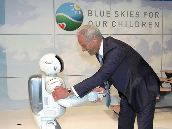 Bundesverkehrsminister Peter Ramsauer beim Shakehands mit Roboter Asimo. Quelle: Honda