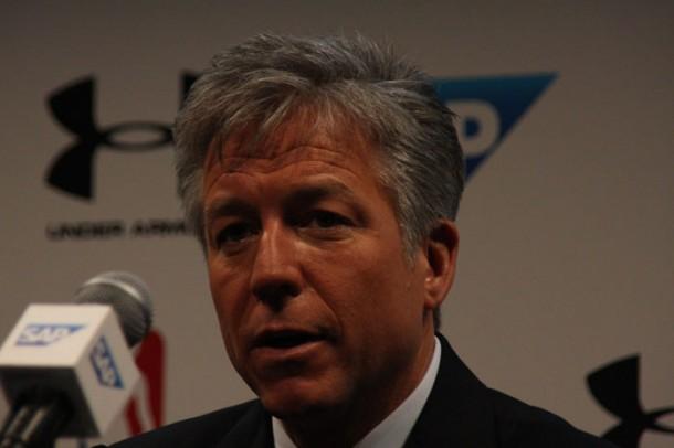 SAP-Co-CEO Bill McDermott stellt auf der Sapphire 2013 in Orlando eine neue Industrie-Lösung rund um den Sport vor. NBA und die San Francisco 49ners zählen zu den ersten Anwendern. Quelle: Martin Schindler