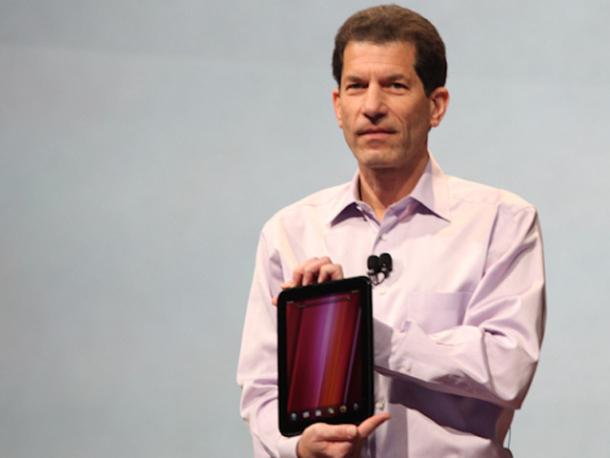 """Jon Rubinstein, ehemaliger CEO von Palm präsentiert im Februar 2011 das HP Touchpad. Ein halbes Jahr später gibt HP WebOS auf. Jetzt spricht Rubinstein von """"Verschwendung"""". Quelle: Cnet.com"""