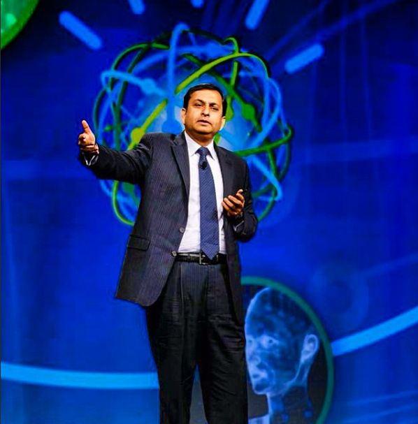 Manoj Saxena preist den Rechner Watson als eines der komplexesten Systeme IBMs an. Künftig soll Watson aber keine Quiz-Fragen beantworten, sondern bei Banken, Callcentern oder in der Medizin zum Einsatz kommen. Quelle: IBM