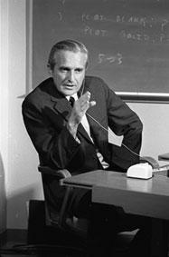 """Douglas Engelbart hält 1968 """"Die Mutter aller Demos"""". Dabei stellt er die Ergebnisse seiner Arbeit an den Vorläufern der Computer-Maus vor. Quelle: SRI"""