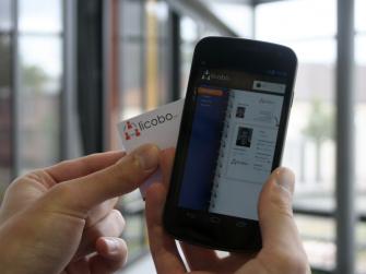 Einfach nur bedrucktes Papier war gestern. Die Zukunft der Visitenkarte liegt in NFC. Auf diese Weise überträgt das System von Licobo Daten auf ein Smartphone. Quelle: Licobo