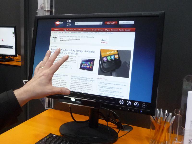 Auf der CeBIT 2013 hat Tobii bereits Prototypen von Monitoren mit seiner wesentlich verkleinerten Einrichtung zur Blicksteuerung gezeigt. Die erforderliche Hardware kommt inzwischen in einer kleinen Box am unteren Rand des Monitors unter (Bild: Peter Marwan / ZDNet.de).
