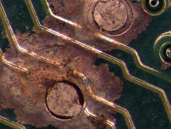 Aus dem Intel-Labor in Hillsboro/Oregon: Diese Platine stand in einem Rechenzentrum in Asien. Aggressive Gase reagieren mit dem Kupfer der Leitungen und es treten Fehler auf. Quelle: Intel