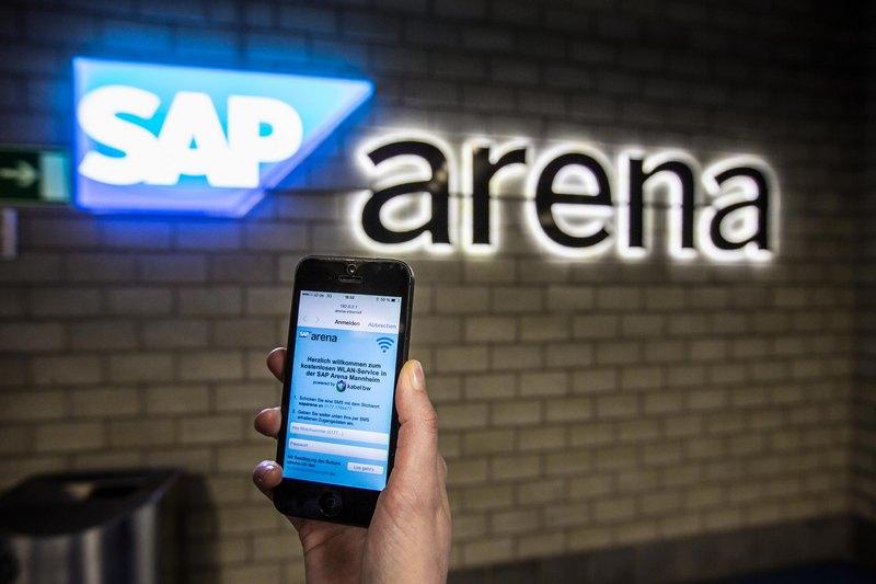 Die Anmeldung für das WLAN-Netz erfolgt über eine Log-in-Seite im Browser von Smartphone oder Tablet. Zugangsdaten können über SMS angefordert werden (Bild: SAP Arena).