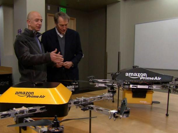 Prime Air: Amazon-CEO Jeff Bezos demonstriert die neuen fliegenden Postboten dem CBS-Moderator Charlie Rose die Prime-Air-Drohnen (Bild: CBS).