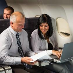 Notebook im Flugzeug (Bild: Shutterstock)