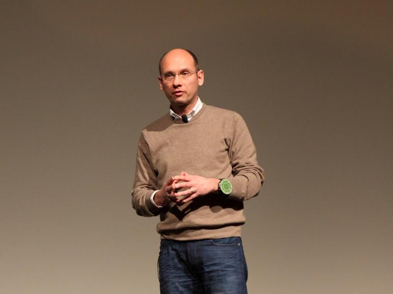Dr. Roland Aubauer von Microchip Technologie nutzte für seinen Vortrag über Gestensteuerung das GestIC an seinem linken Arm. (Bild: Andre Borbe)