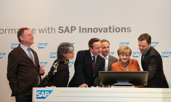 Bundeskanzlerin Angela Merkel nimmt zusammen mit dem britischen Premierminister David Cameron an einer Demonstration der neuen DFB-Lösung auf Basis von SAP HANA teil. Oliver Bierhoff zeigt mit der Lösung, wer wann wie schnell laufen kann, und wie man mit der Lösung ein Match analysieren kann. Quelle: SAP