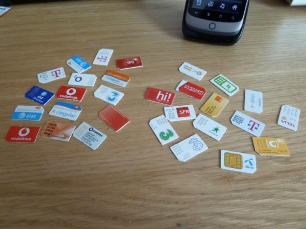 30 SIM-Karten von verschiedenen Carriern (Bild: mroach, CC BY-SA 2.0)