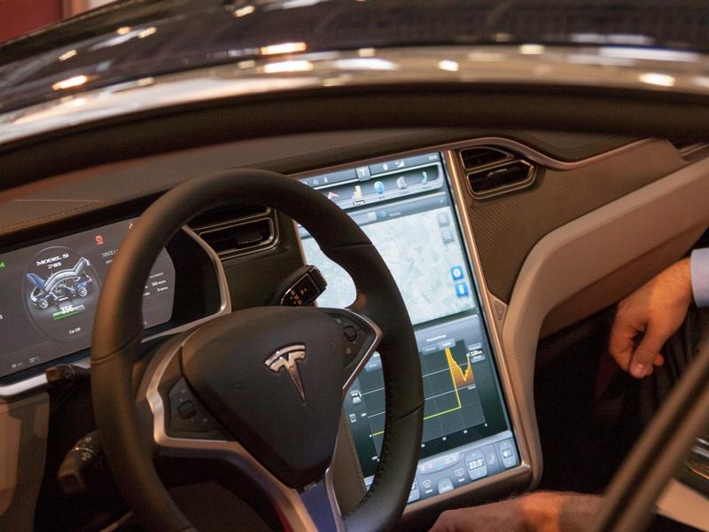 Tesla hat im Model S einen 17-Zoll-Touchscreen als Bordcomputer eingebaut. Anstelle des analogen Tachometers zeigt ein Computerdisplay dem Fahrer die wichtigsten Daten direkt an. (Bild: Andre Borbe)