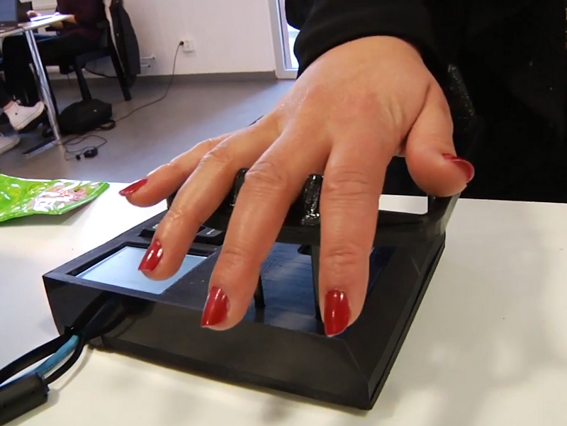 "In der schwedischen Stadt Lund ist das Bezahlen per Venenscan möglich. (Bild: Screenshot YouTube-Video ""Pay with your hand using vein scanning"", LundUniversity)"
