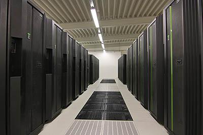 Heißwasserkühlung abgelöst werden. Der neue Rechner wird eine Performance von 3 Petaflop/s liefern und 45 Petabyte Speicherkapatzität liefern. Quelle: DKRZ