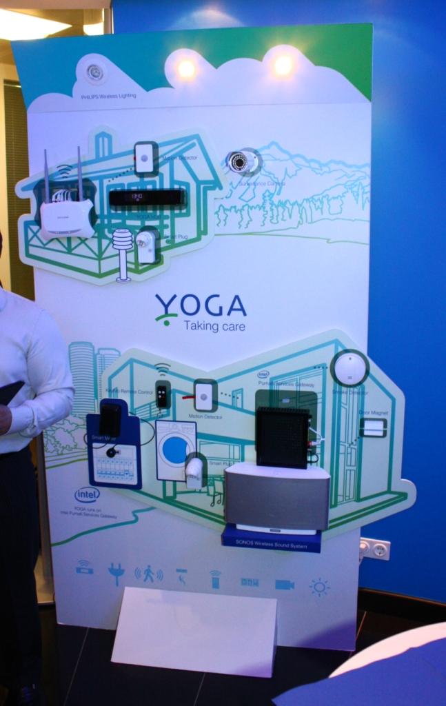 Die estnische Firma Yoga Systems demonstrierte ein Intel-Services-Gateway (schwarze Box), das dank Intels Virtualisierungstechnologie mehrere Smart-Home-Dienste auf einem Gerät bereitstellen kann (Bild: ITespresso).
