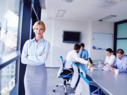 Business-Frau mit Team (Bild: Shutterstock)