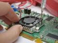 Wenn es nicht über die Software geht, nehmen sich die Mitarbeiter der Prüflabore eben die Hardware vor – irgndwie ist bestimmt eine Schwachstelle zu finden (Bild: Shutterstock / Mny Jhee).