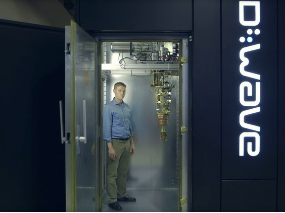 D-Wave-Vizepräsident Jeremy Hilton mit Quantencomuter (Bild: News.com)