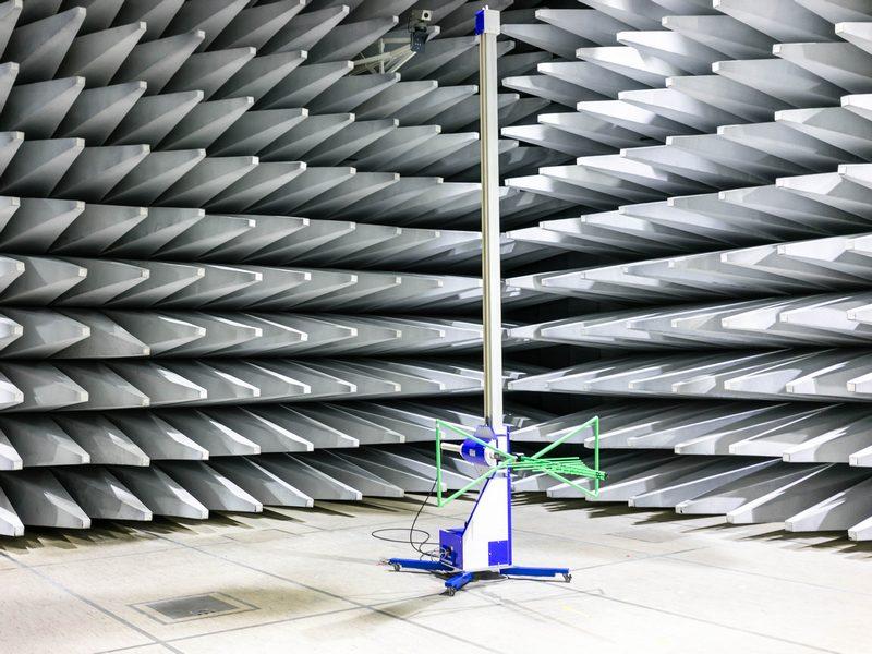 In der 10-Meter-Kammer teste Fujitsu die Elektromagnetische Verträglichkeit. (Bild: Andre Borbe)