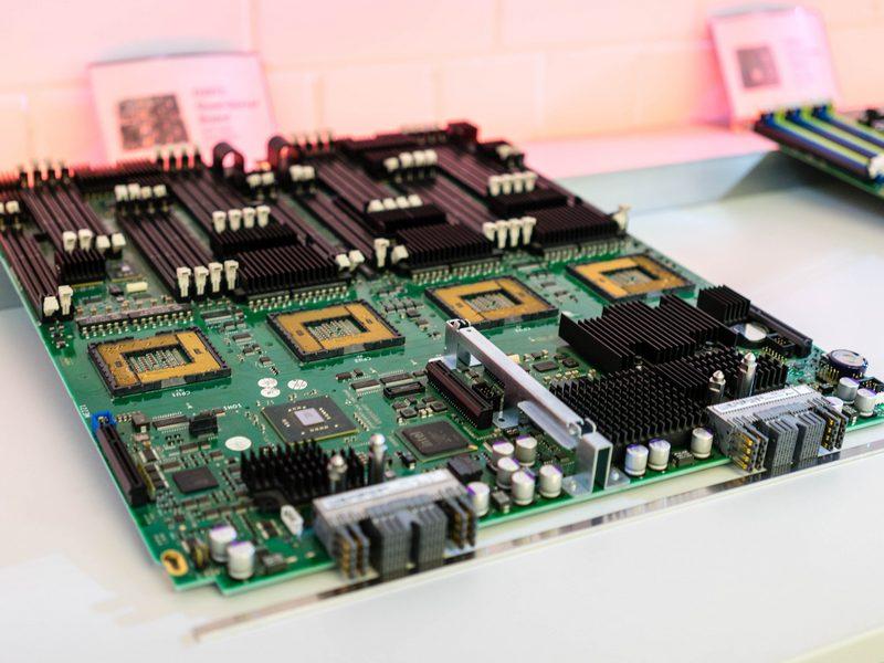 Aus bis zu 10.000 einzelnen Bauteilen kann ein Server-Board bestehen. (Bild: Andre Borbe)
