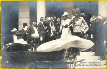 """""""5 Minuten vor dem Attentat"""": Postkarte zum Attentat auf Franz Ferdinand in Sarajevo  Der Erzherzog Franz Ferdinand und seine Gattin besteigen ihren Wagen vor dem Rathaus in Sarajevo. Fünf Minuten später fallen die tödlichen Schüsse.  Quelle:<a href=""""http://europeana1914-1918.eu"""">europeana1914-1918.eu</a>: Karl Tröstl, CC-BY-SA"""