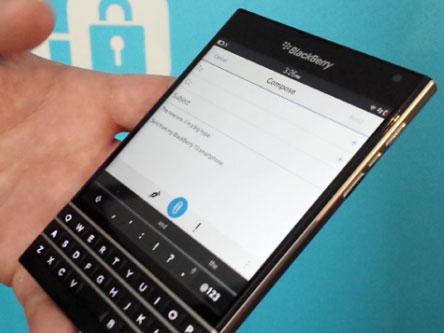 """Statt auf ein """"Me-too""""-Produkt zu setzen versucht sich BlackBerry mit dem Passport in neuem Design. Quelle CNET.com"""
