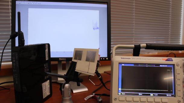 Konfiguration zeigt die kabellose Datenübertragung via Backscatter. Studenten der Washington State University, nutzen dafür die Energie von externen Radiowellen, um über den RFID-Tag (mitte) Signale zu modulieren. Auf diese Weise lassen sich dann auch Informationen übertragen. Quelle: Bryce Kellog.
