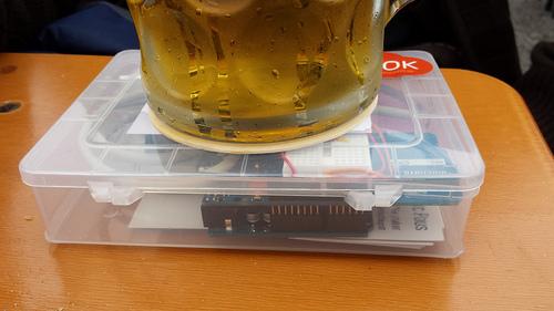 Erste Erolge feiert auf dem #OkotoberfestOfThings des vergangenen Jahres bereits diese denkwürdige Installation, die offenbar das korrekte Schankmaß sicher soll. Das OktoberfestofThings-Gerät besteht aus Arduino einem Telefonica GSM Shield und einem Drucksensor. CC
