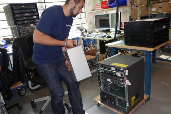 Im Netzwerklabor werden die Geräte bis auf Port- und Schalterebene getestet – mit Leitungsgeschwindigkeiten bis derzeit 10 GBit/s. Quelle: Ariane Rüdiger