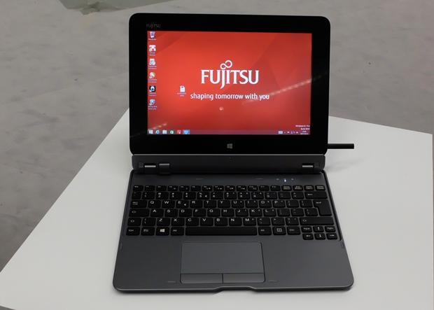 Durch das matte Display ist das neue Fujitsu-Tablet Stylistic Q555 sehr augenfreundlich. Die abnehmbare Tastatur ist optional. Rechts ist der halb eingesteckte Eingabestift zu sehen. (Bild: Mehmet Toprak)