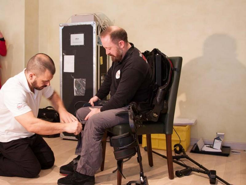 Dale Messenger ist seit 2009 querschnittsgelähmt und kann mit Ekso wieder laufen. (Bild: Andre Borbe / silicon.de)