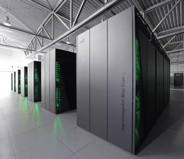 JUQUEEN im Forschungszentrum Jülich ist derzeit mit 5 Peteaflop/s der schnellste Superrechner Deutschlands. IBM, NVIDIA und Jülich wollen nun HPC mit hilfe von NVIDIA-Grafikkarten noch effizienter machen. Quelle: IBM