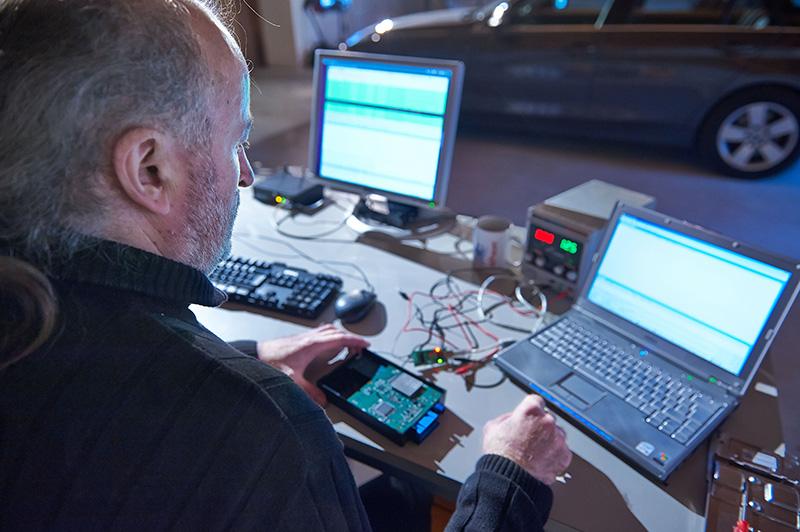 ADAC-Experte öffnet BMWs ConnectedDrive. (Bild: ADAC)