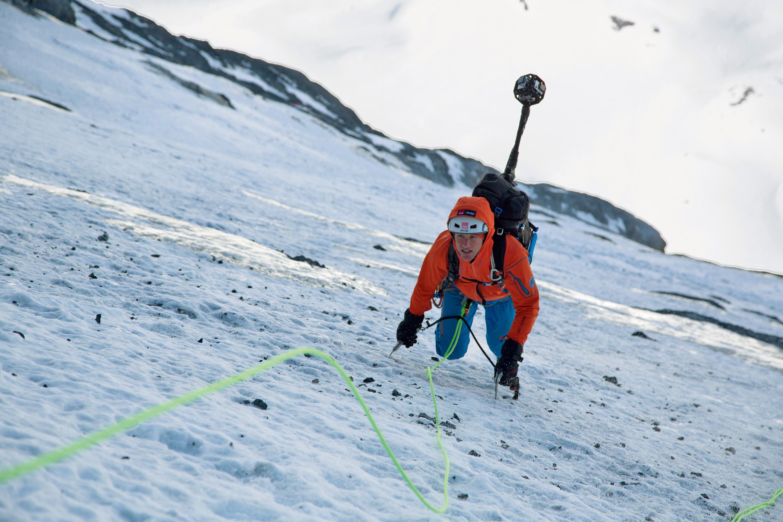 Die Bilder macht ein eigens entwickelter Rucksack mit sechs GoPro-Kameras. Die Profi-Alpinisten Dani Arnold und Stephan Siegrist (im Bild) waren jeweils mit einem solchen System ausgerüstet.  und durchstiegen die Heckmair-Route in der Eiger Nordwand und den Hörnligrat des Matterhorns. Die App liefert eine  360°-Rundumsicht, zu sehen unter www.project360.mammut.ch. (Bild: Mammut)