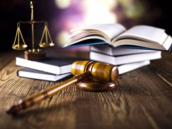 Gerichtsurteil (Bild: Shutterstock /Sebastian Duda)