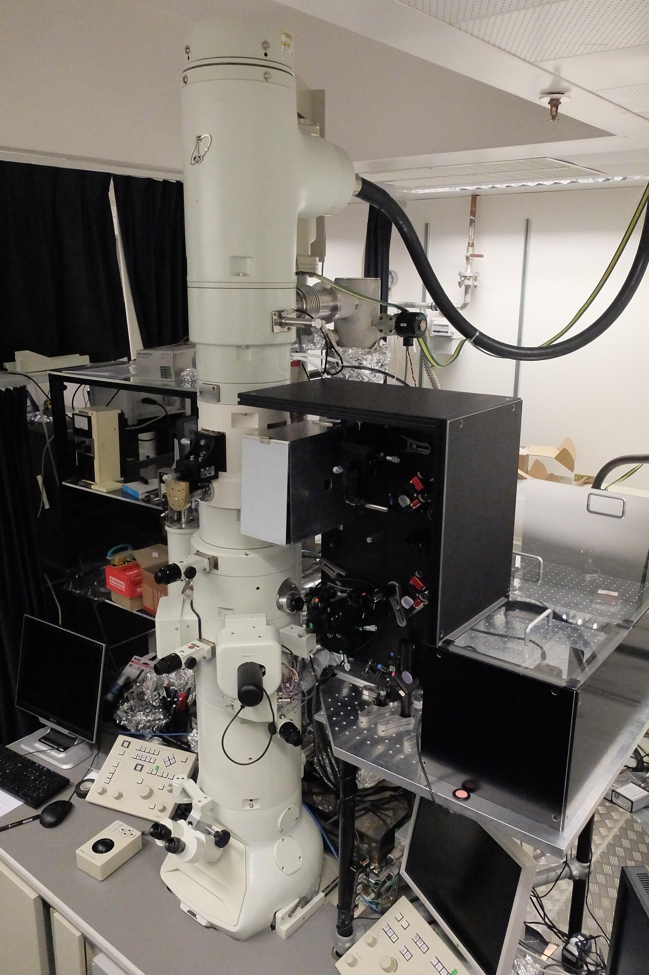Mit diesem 'Mikroskop' glückte die Aufnahme der Teilchenwelle. (Bild: Fabrizio Carbone/EPFL)
