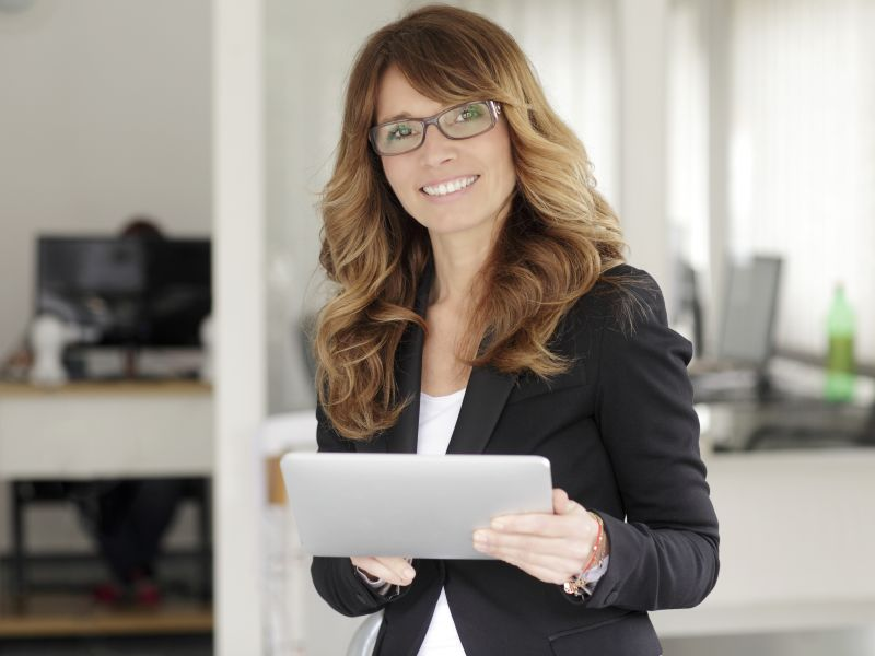 Frau mit Tablet in Büro (Bild: Shutterstock / Kinga)