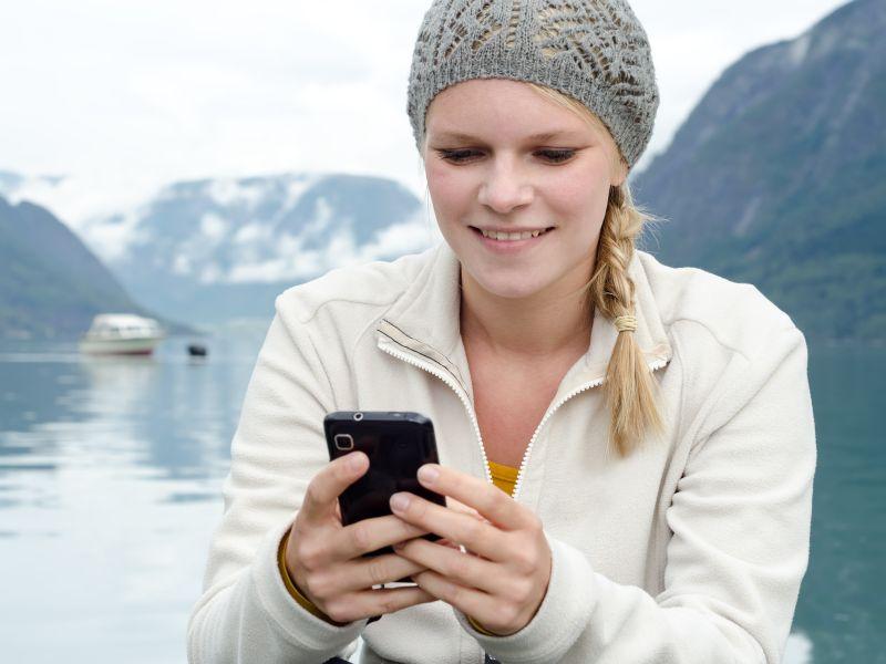 Frau mit Smartphone (Bild: Shutterstock/Robert Neumann)