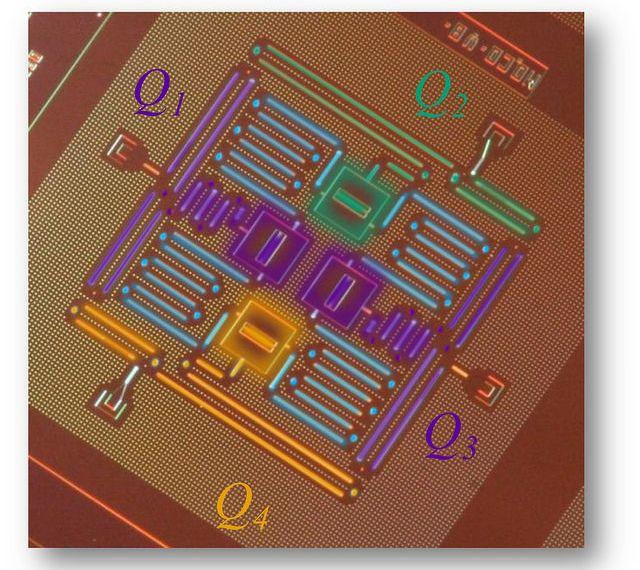 IBM-Forscher haben vier supraleitende Qubits auf einem rund 1 cm² großen Chip in einem quadratischen Gitter verbunden (Bild: IBM).