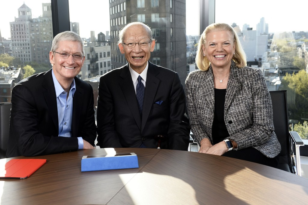 CEO-Partner Tim Cook, Taizo Nishimuro (Japan Post) und Ginni Rometty (von links; Bild: IBM)