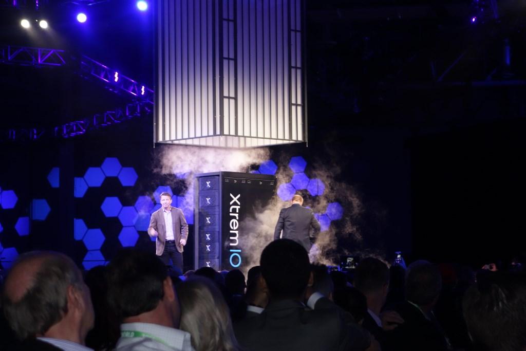 Guy Churchward und Jeremy Burton, beide EMC, präsentieren das kapazitätsverdoppelte All-Fhash-Array XtremIO (Bild: Ariane Rüdiger)
