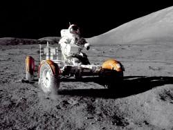 Astronaut Eugene A. Cernan fährt mit dem Lunar Roving Vehicle. (Bild: NASA)