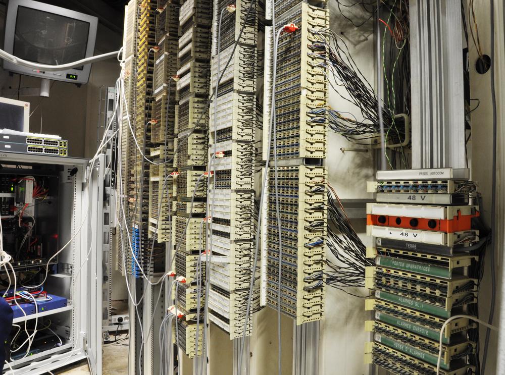 IP-basierte Kommunikationslösungen machen solche PBX-Anlagen weitgehend überflüssig. Nicht immer aber lassen sich die einfach abschalten, daher sollten UC-Lösungen auch eine entsprechende Schnittstelle bieten. (Bild: Shutterstock)