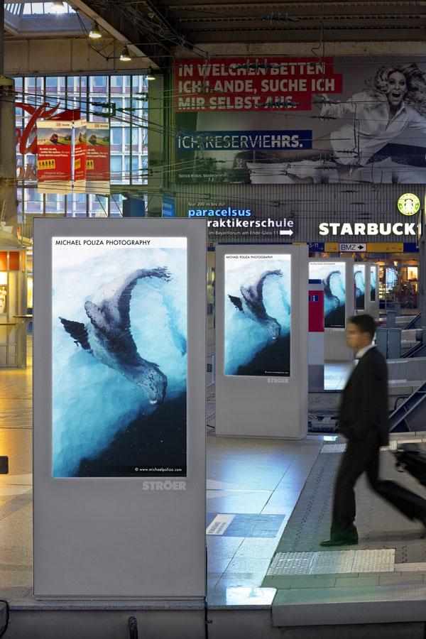 Künftig werden auf den Anzeigeteafeln, wie hier am Münchener Hauptbahnhof auch Inhalte von T-Online zu sehen sein. (Bild: Ströer)