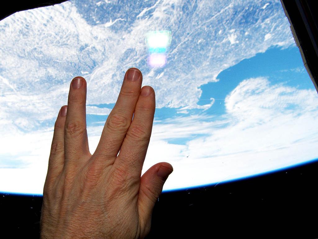 Spocks Gruß im Weltraum. (Bild: NASA)