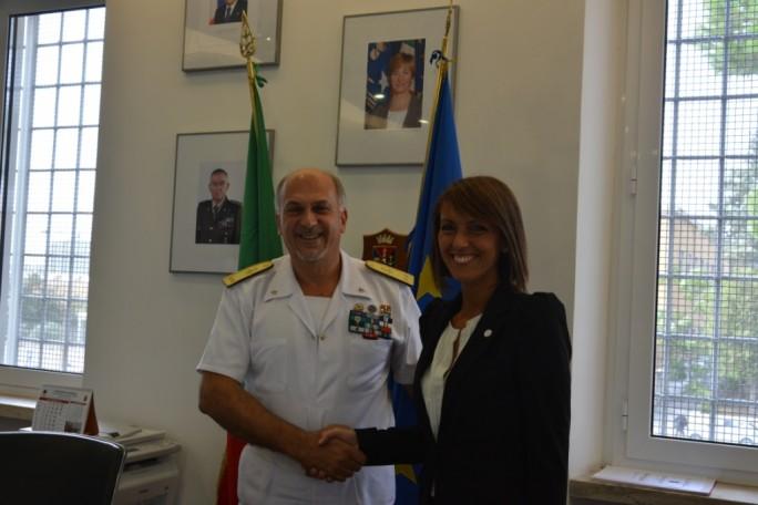 Sonia Montegiove, Präsidentin der NGO  LibreItalia und Ruggiero Di Biase, IT-Chef des italienischen Verteidiungsministeriums unterzeichnen in Rom eine Kooperation für die Einführung von LibreOffice auf 150.000 Arbeitspläzen in dem Ministerium. (Bild: LibreItalia)