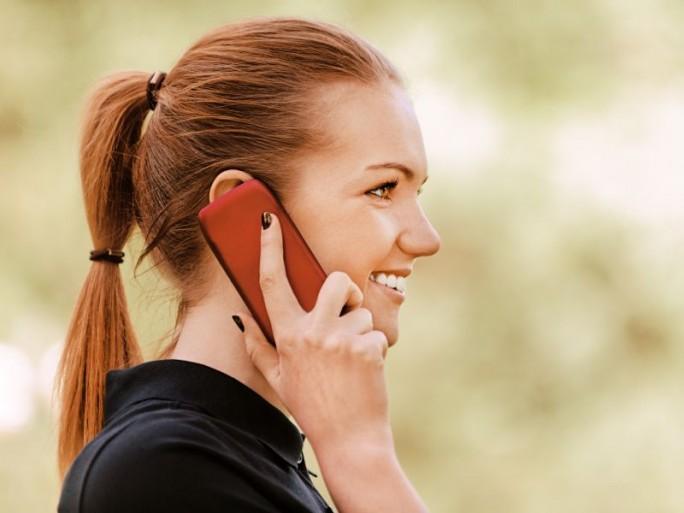 Frau mit Smartphone (Bild: Shutterstock)